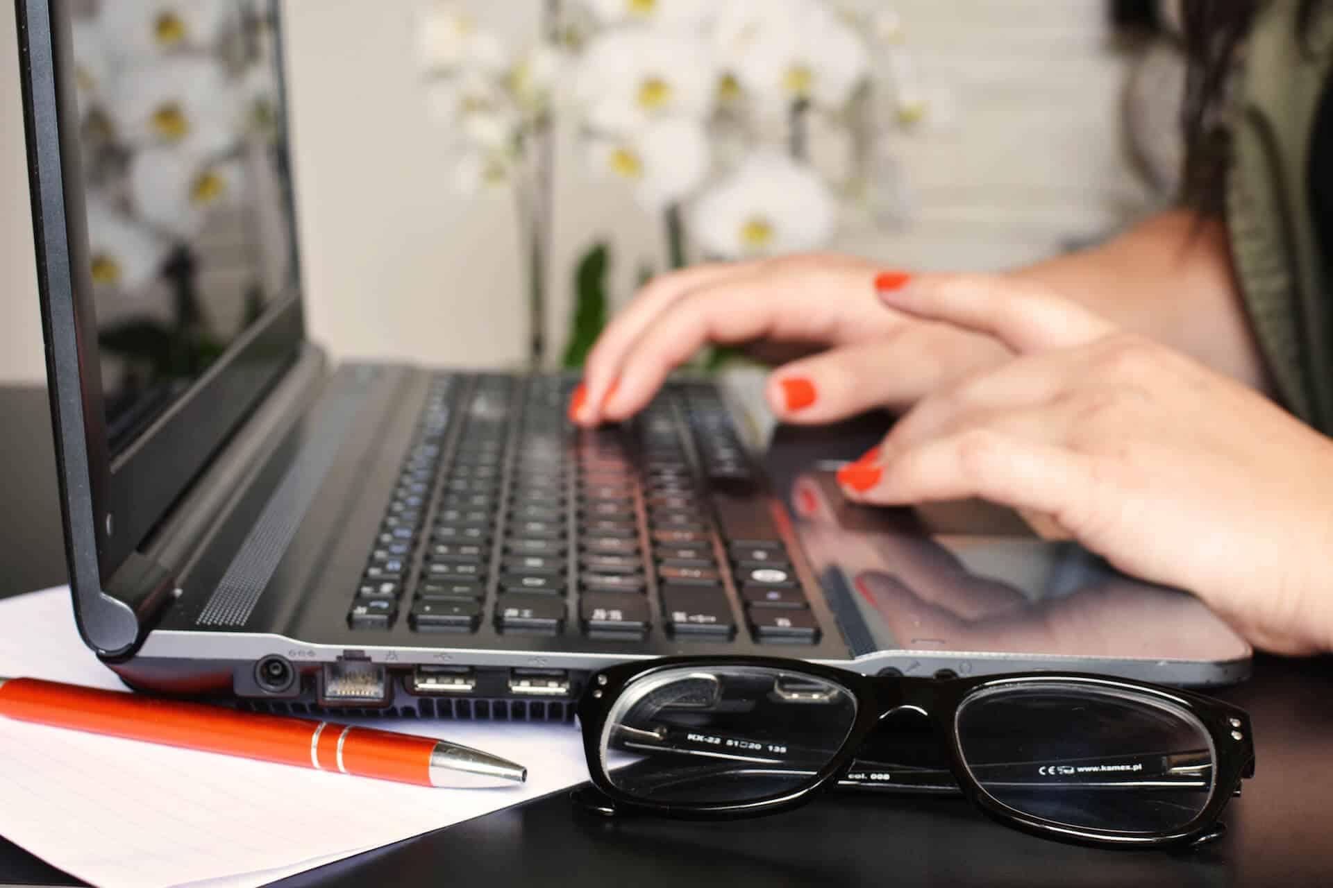 Person Frau Schreibtisch Notebook Schreiben