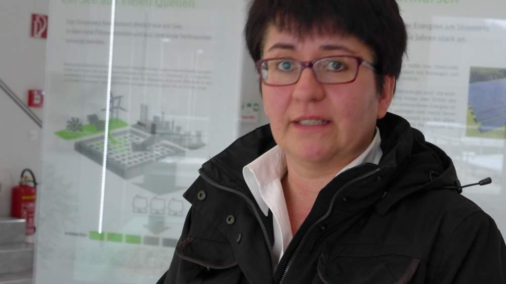 Sabine Trapp-Brüstle von der Unternehmenskommunikation führt durch das Wasserkraftwerk.