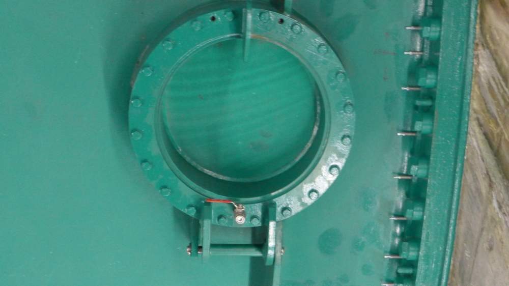 """Diese Luke, sie heißt """"Mannloch"""", besser nur bei stillgelegter Turbine öffnen: Sie führt direkt ins Innere."""