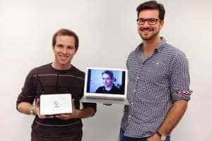 Alex und Wolfgang, Gründer SorglosInternet, mit ihrem WLAN Router für kostenloses WiFi