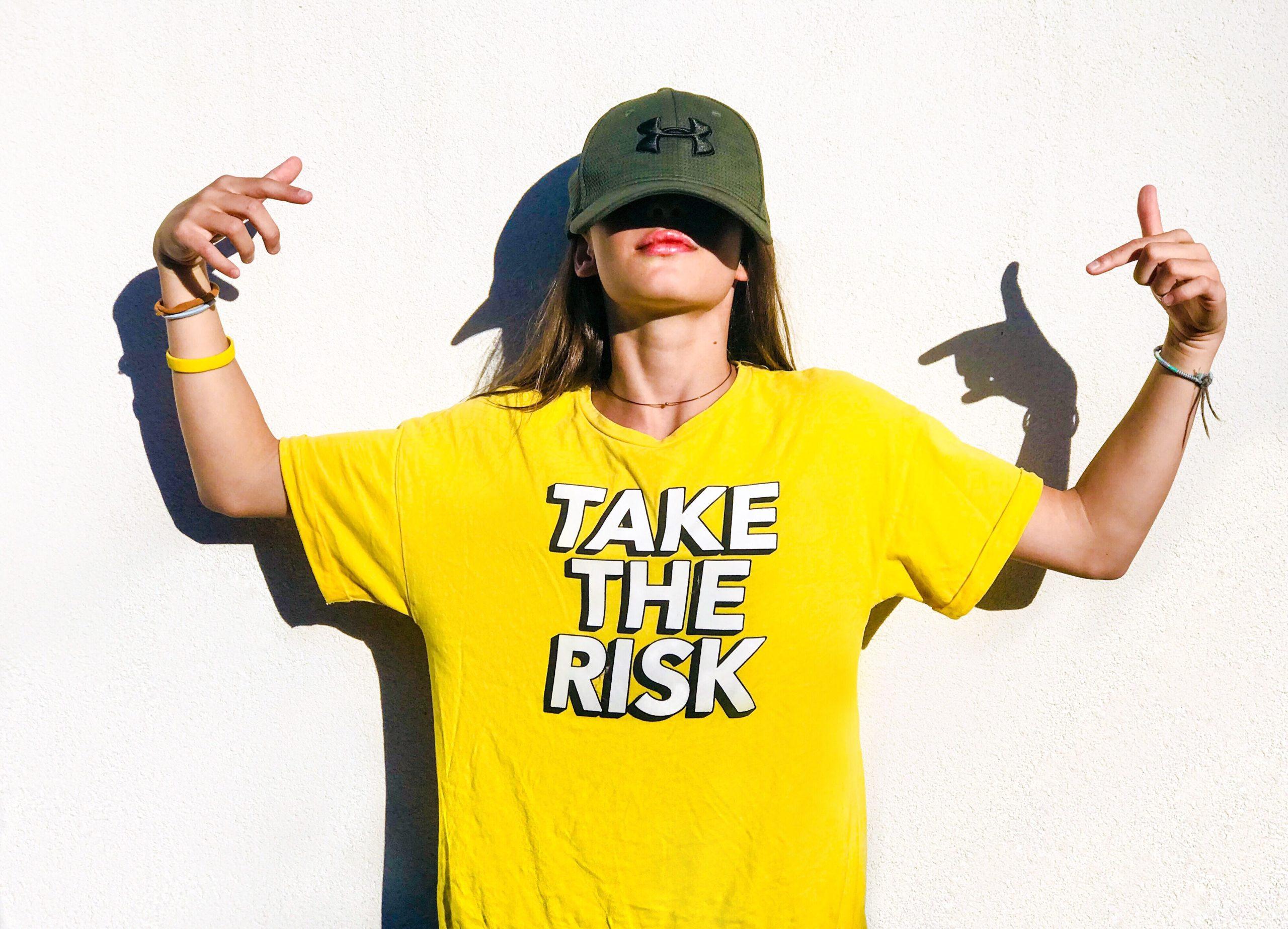 """Frau im T-Shirt mit der Beschriftung """"Take the risk"""""""