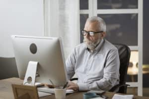 Mann schreibt am Mac einen nicht für Suchmaschinen optimierten Text