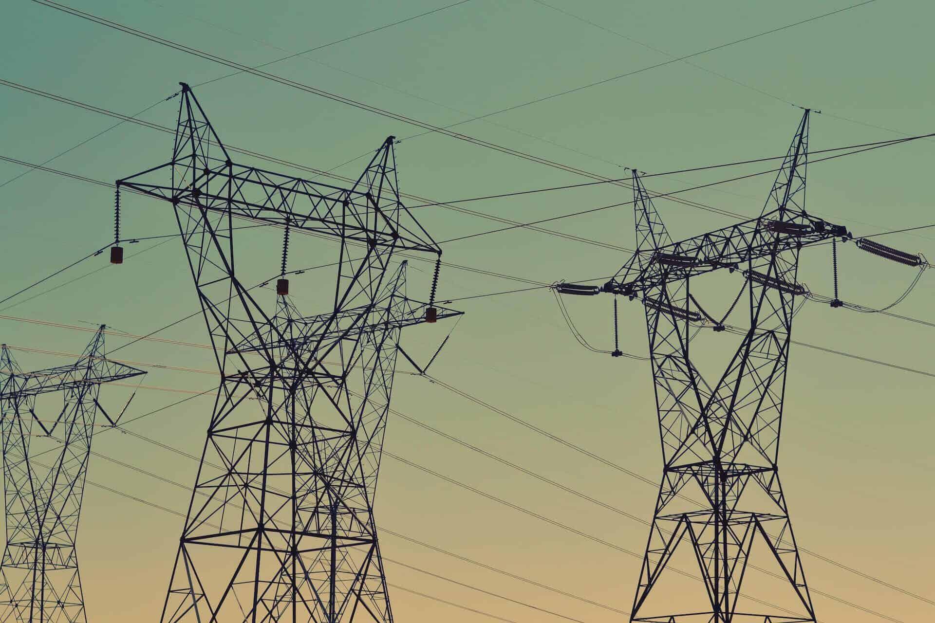 Strommasten Hochspannungsmasten Freileitung Abendhimmel