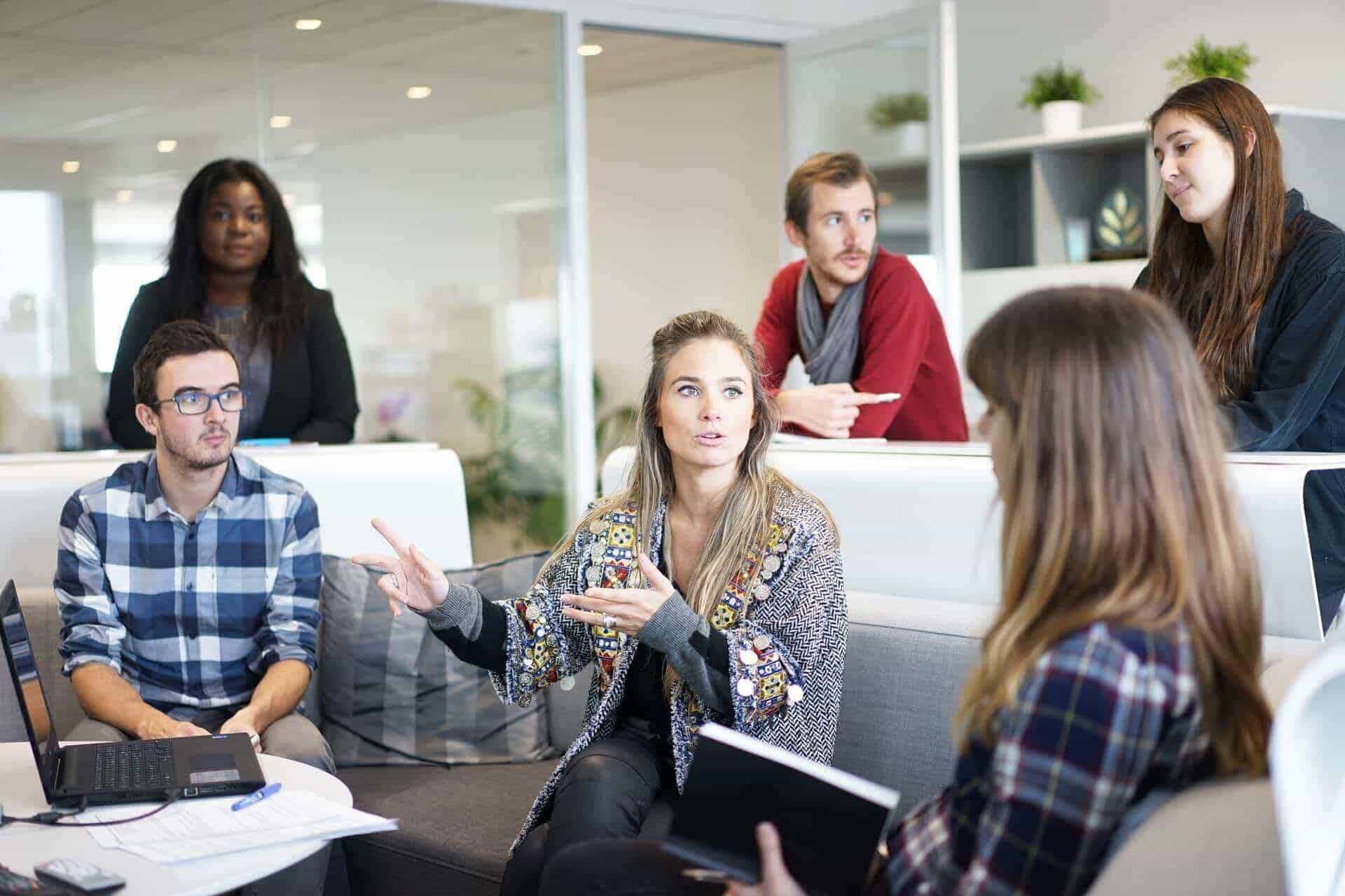 Frauen und Männer in Meeting