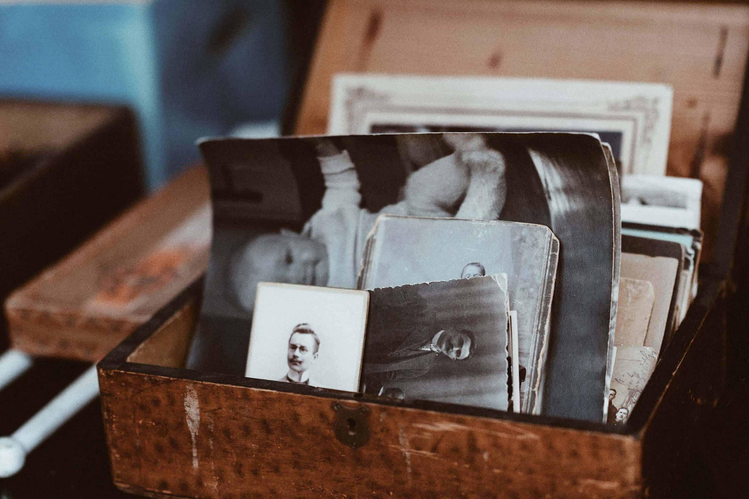 Fotos in einem Behälter
