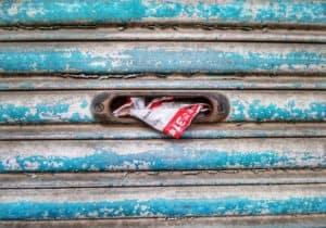 Zerknüllte Werbesendung in einem Briefkasten