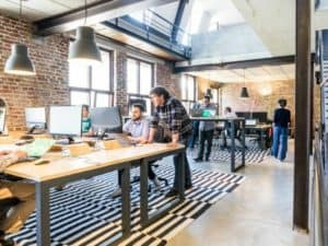 Motivierte Menschen arbeiten im Büro als Mitarbeiter zusammen